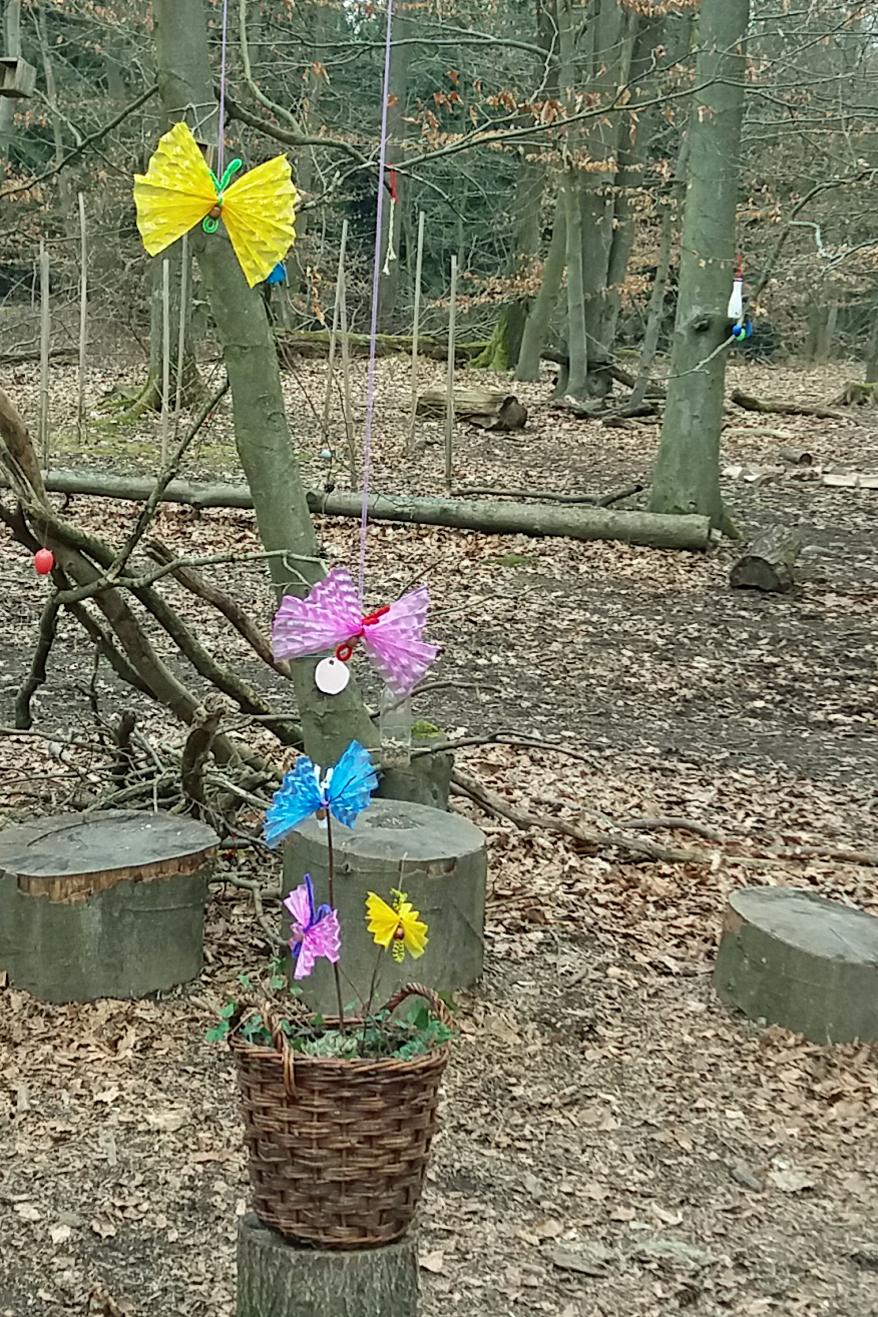 FILOs Waldkinder haben den noch winterlichen Wald mit bunten Schmetterlingen dekoriert.